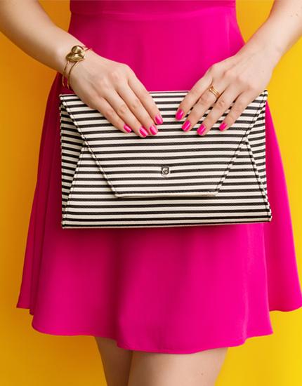 robe rose avec sac à main à rayues noires et beiges